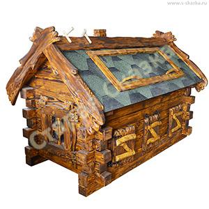 Деревянный домик для кур в саду